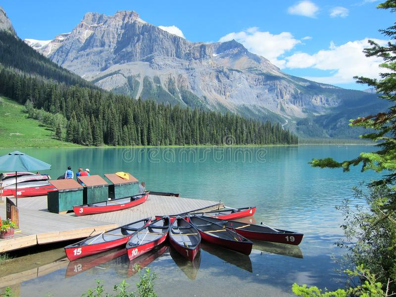Canoës chez Emerald Lake, Canadien les Rocheuses photo libre de droits