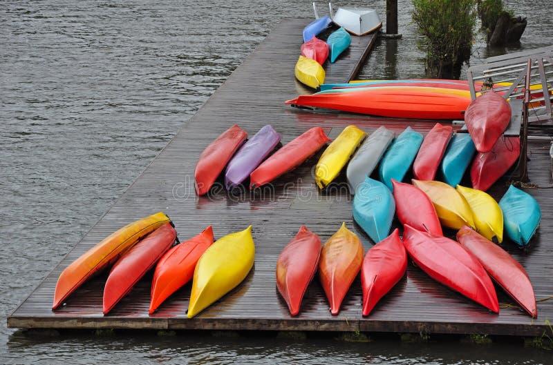 Canoës colorés sur le dock photographie stock libre de droits