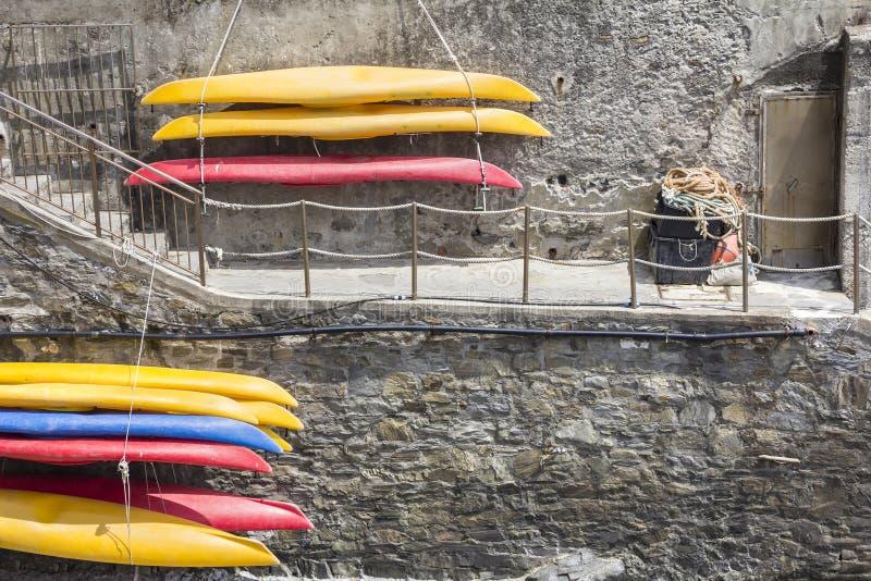 Canoës en plastique, accrochant sur le mur image libre de droits