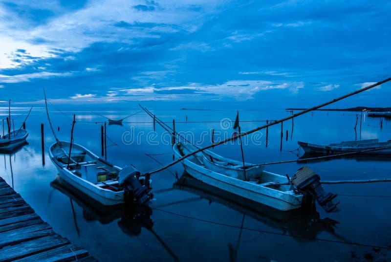 Canoës et le coucher du soleil bleu dans Campeche Mexique photo stock