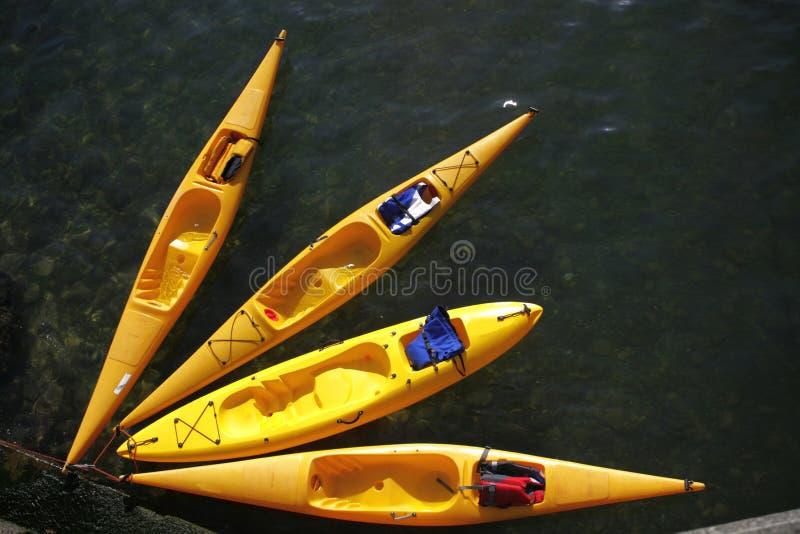 4 canoës jaunes photos stock