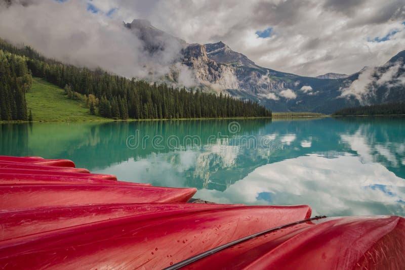Canoës rouges et réflexions de montagne chez Yoho National Park Canada photo stock