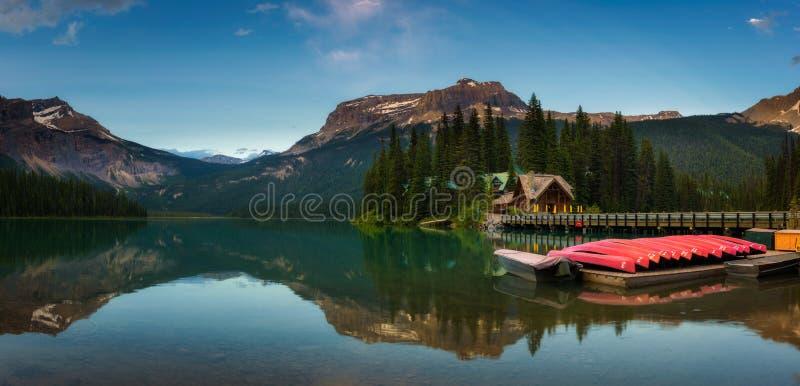 Canoës sur bel Emerald Lake en Yoho National Park, Canada image libre de droits
