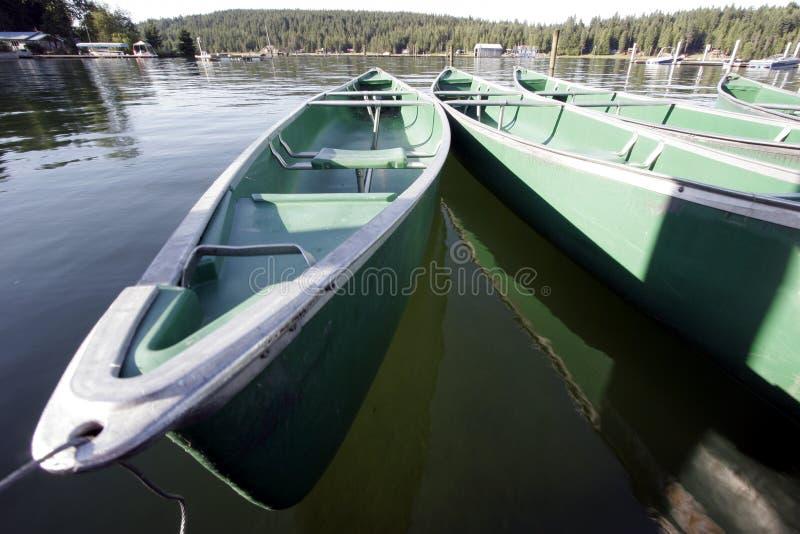 Canoës vides sur l'eau image libre de droits