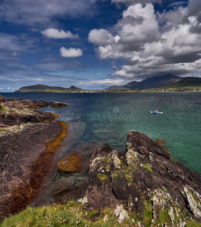 Canoístas no Dingle, Irlanda imagem de stock