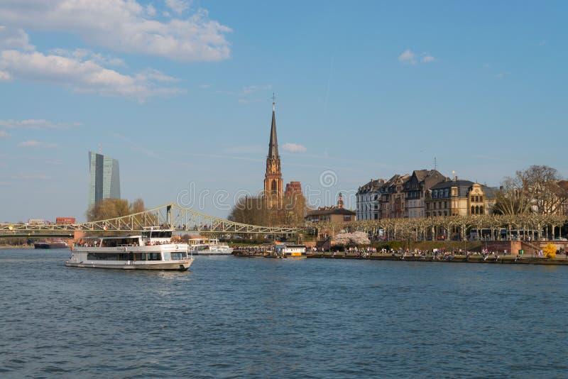 Cano principal de rio, barco da excursão, e igreja de três reis em Francoforte imagem de stock royalty free
