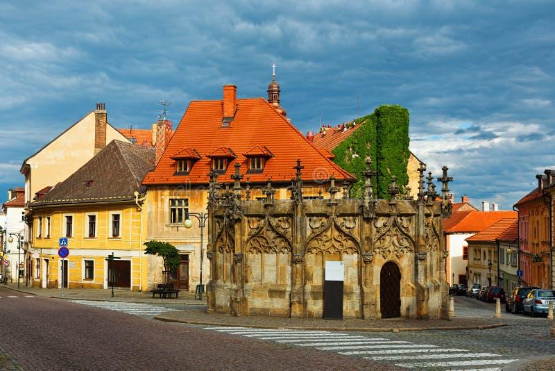 Cano principal gótico do estilo bem no quadrado da torre em Kutna Hora, Checo Repu fotografia de stock