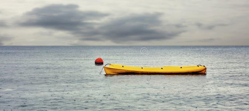 Canoa amarilla en el mar foto de archivo libre de regalías