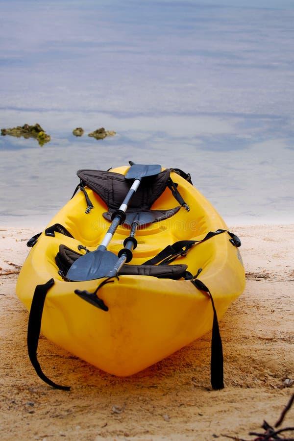 Canoa amarilla en la playa en Belice fotografía de archivo