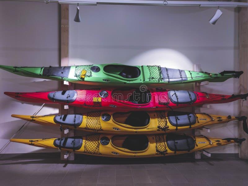 Canoa colorida bajo luz artificial fotos de archivo