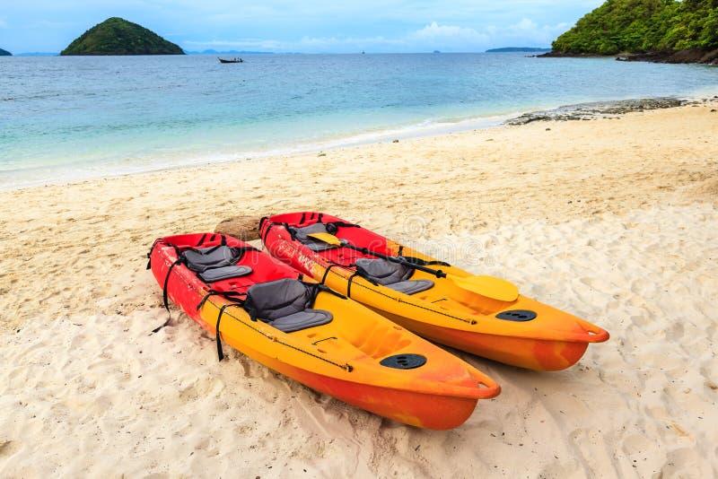 Canoa colorida dos en la playa imagen de archivo libre de regalías