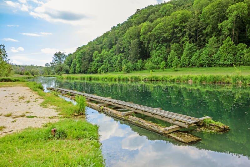 Canoa de Brenz del río/embarcadero del batimiento - valle Eselsburger Tal imagenes de archivo