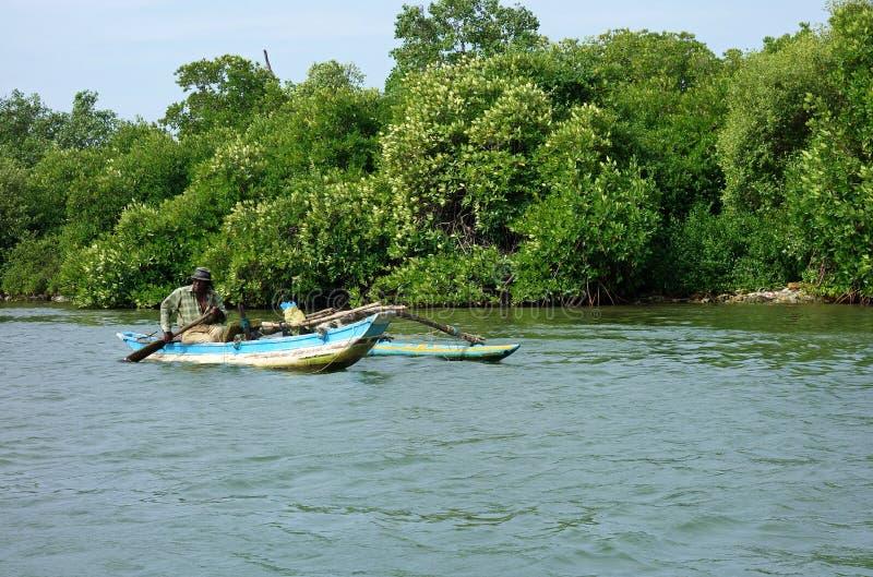 Canoa de la pesca del iPontoon del pescador del pantano imagen de archivo