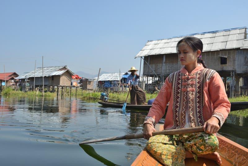 Canoa de madeira da sampana de Myanmar no canal imagem de stock royalty free