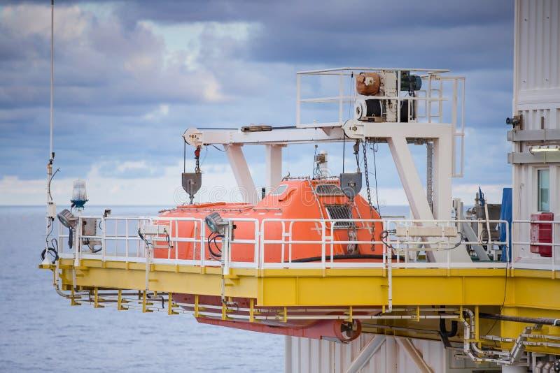 A canoa de salvação, o ofício de sobrevivência ou o bote de salvamento na plataforma de petróleo e gás para a emergência evacuam  imagens de stock