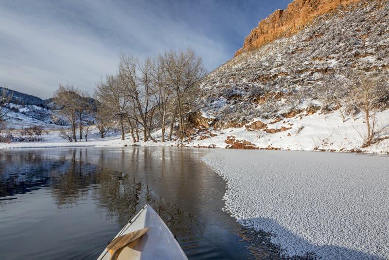 Canoa del invierno que se bate en Colorado imagen de archivo libre de regalías