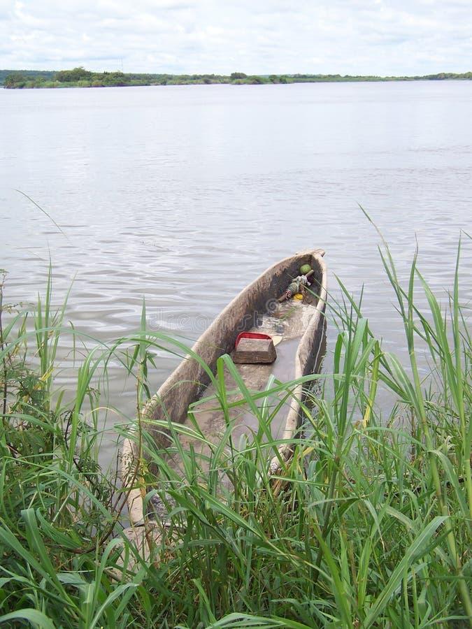 Canoa di riparo sul fiume Zambezi nello Zambia fotografie stock libere da diritti