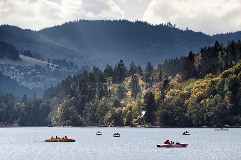 Canoa e lancha no lago fotografia de stock royalty free