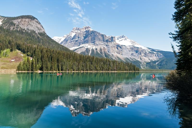 Canoa em Emerald Lake no canadense Rocky Mountains - Yoho NP, BC, Canadá imagem de stock royalty free