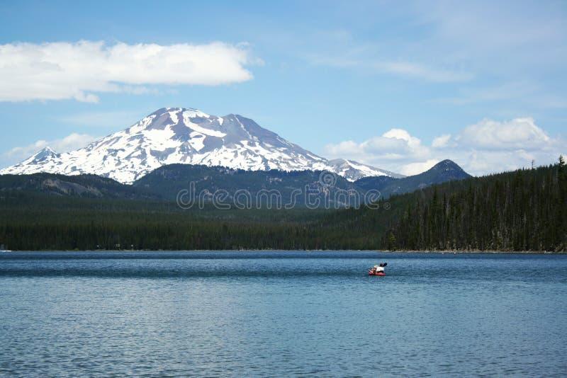 Canoa en el lago elk en montañas foto de archivo