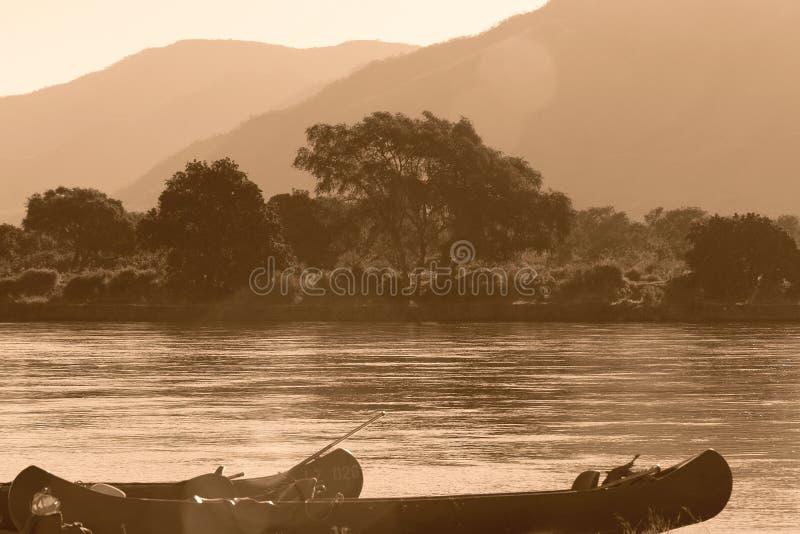 Canoa en Zambezi fotografía de archivo