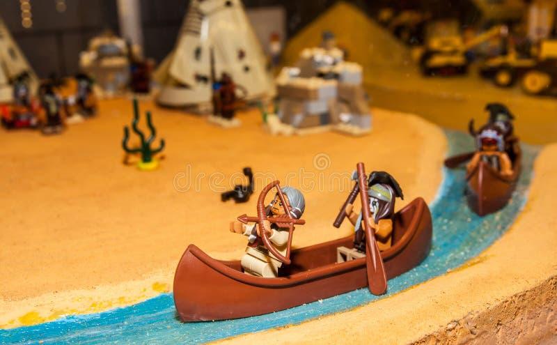 Canoa india con dos indios hechos por los bloques de Lego fotos de archivo libres de regalías