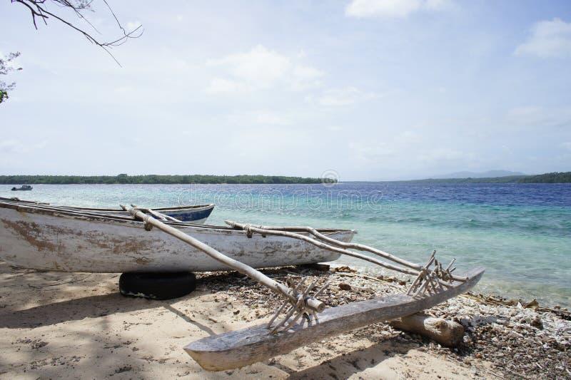 Canoa indiginous encalhada ao lado do oceano foto de stock