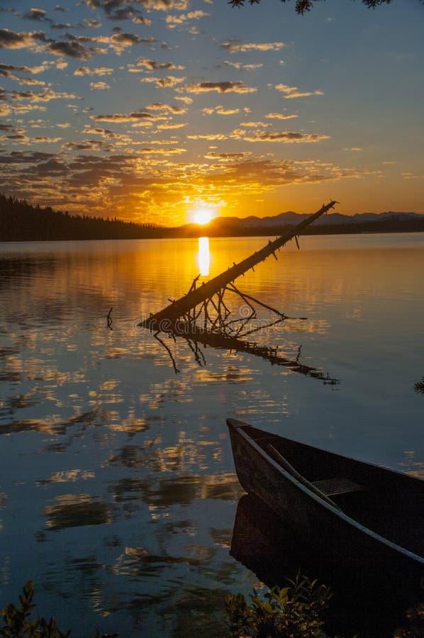 Canoa in lago fotografie stock libere da diritti