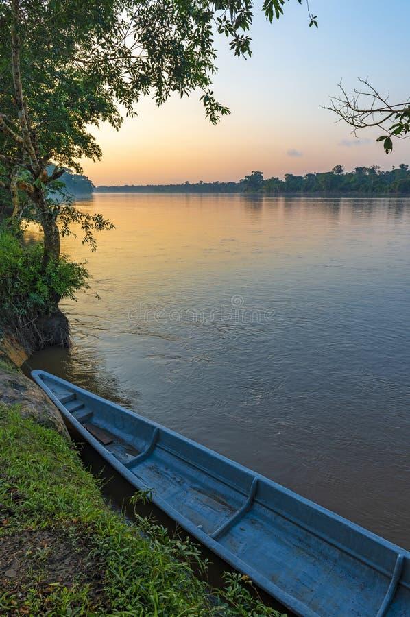 Canoa a lo largo del río en la puesta del sol, Ecuador de Napo imagenes de archivo