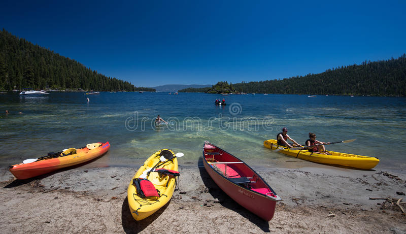 Canoa na praia Lake Tahoe, Califórnia imagens de stock royalty free