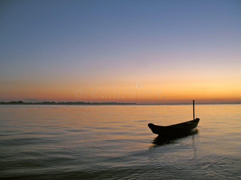Canoa nel tramonto immagine stock