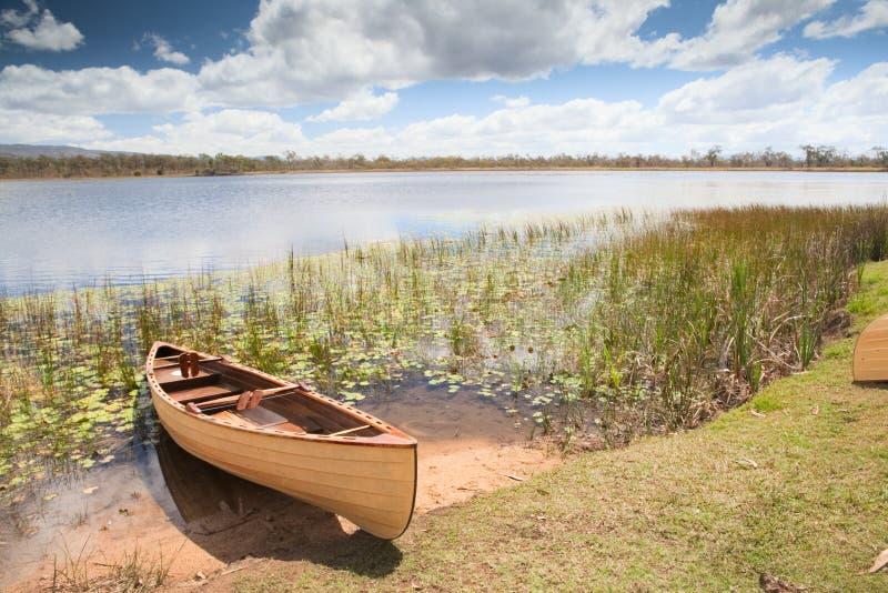 Canoa nella libertà tropicale di esperienza di paradiso fotografia stock
