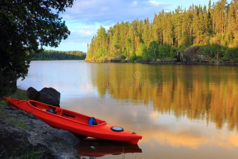 Canoa no lago foto de stock
