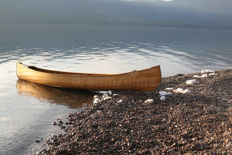 Canoa no lago da montanha foto de stock royalty free