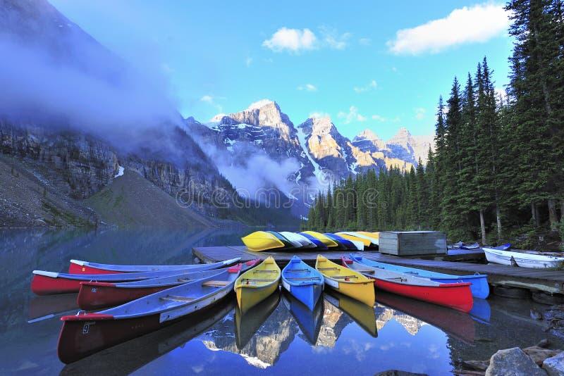 Canoa no lago em rochoso canadense imagem de stock