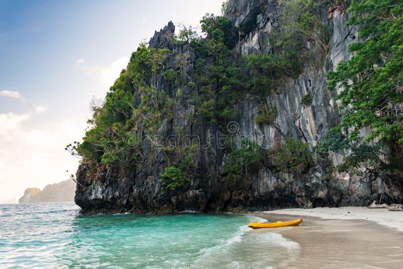 Canoa o kajak en una playa ocultada de la isla de Miniloc, regi?n del nido del EL de Palawan en las Filipinas fotografía de archivo libre de regalías