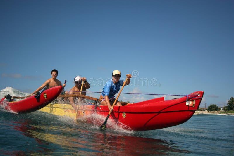 Canoa que practica surf en Hawaii imágenes de archivo libres de regalías