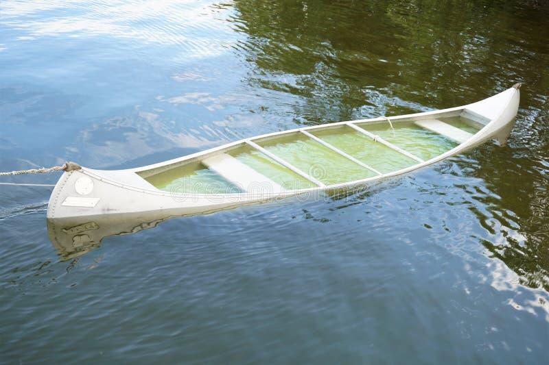 Canoa vazia em um lago imagens de stock