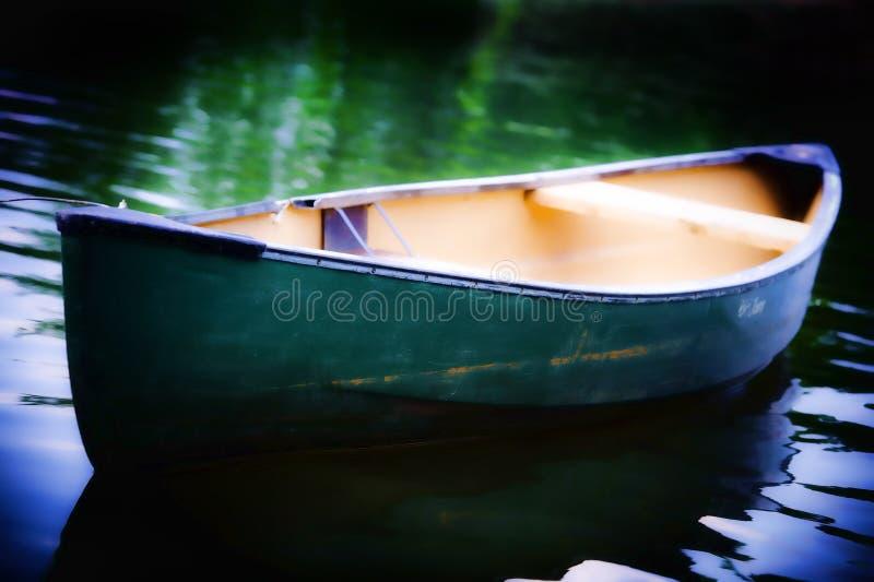 Canoa verde foto de archivo
