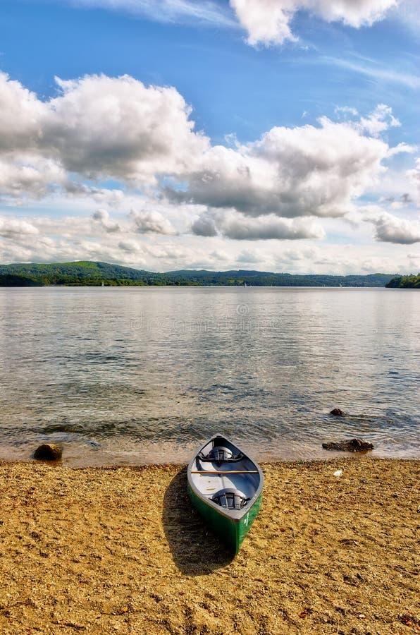 Canoa verde en orilla del lago foto de archivo libre de regalías