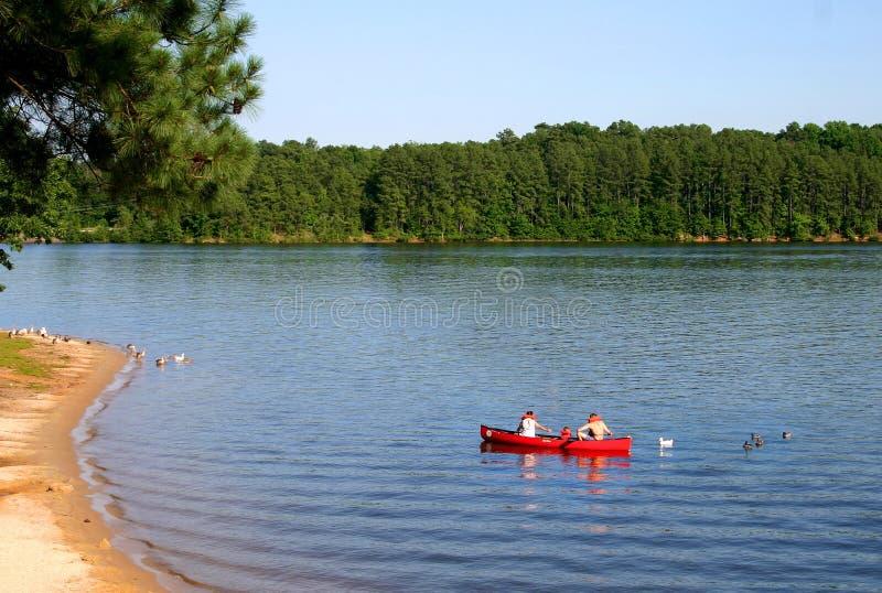 Download Canoa vermelha foto de stock. Imagem de família, férias - 97166