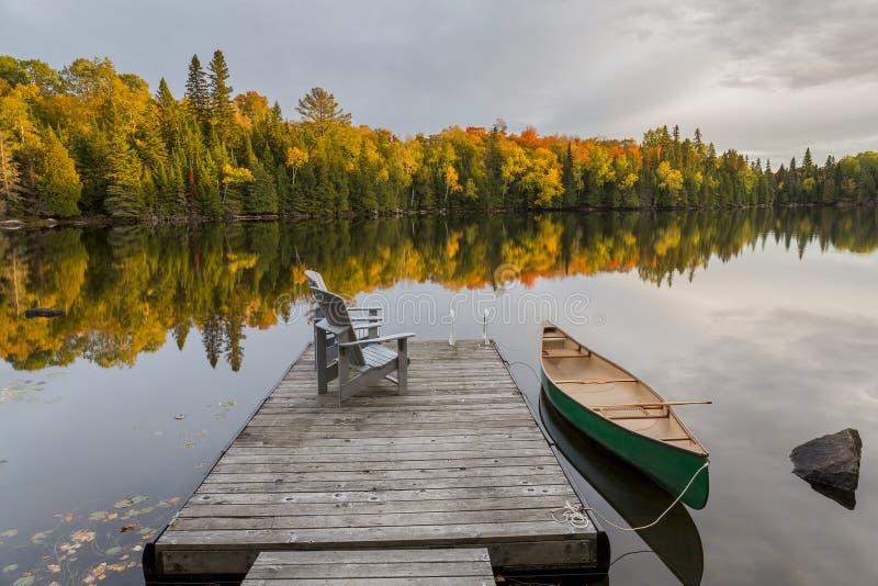 Canoa y muelle en Autumn Lake - un Ontario, Canadá fotos de archivo libres de regalías