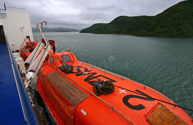 Canoas de salvação içadas na casca do navio imagem de stock