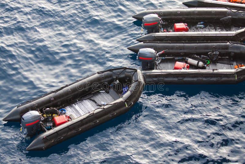Canoas de salvação no mar para povos da ajuda e do apoio Botes de salvamento no mar, barco de borracha com o motor imagens de stock