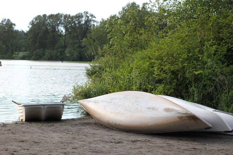 Canoas en el lago imagenes de archivo