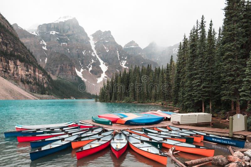 Canoas en el lago Alberta moraine imagenes de archivo