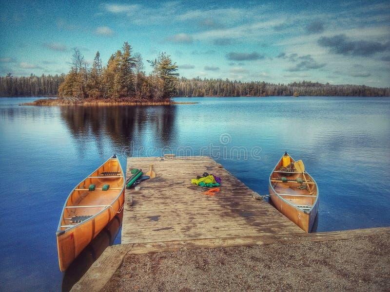 Canoas en el lago BWCA Sawbill en caída foto de archivo