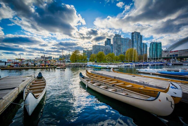 Canoas en un puerto deportivo en el Harbourfront, en Toronto, Ontario imagenes de archivo