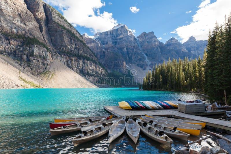Canoas przy moreny Banff parka narodowego Alberta Canada jeziornymi kolumbiami brytyjska obrazy stock
