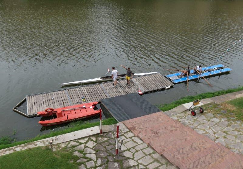 Canoe attraccate ad un bacino a Firenze fotografia stock